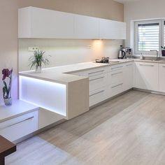 30 Small Kitchen Remodel Ideas White kitchen with light wood floor Kitchen Room Design, Kitchen Layout, Interior Design Living Room, Kitchen Decor, Kitchen Styling, Kitchen Storage, Cuisines Design, Küchen Design, Design Salon