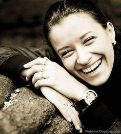 Mujer joven riendo