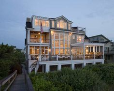 This imposing building is in fact a beautiful beach house located on Bethany Beach, Delaware. The house was a project by Dewson Construction and has an Exterior Tradicional, Strand Design, Houses Architecture, Sustainable Architecture, Residential Architecture, Contemporary Architecture, Architecture Design, Contemporary Beach House, Haus Am See