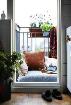 statt Möbel, die viel Platz brauchen, grosse, dicke Pölster und eine Matratze. Kann übereinandergestapelt werden. Nur für überdachte Loggien/Balkone.