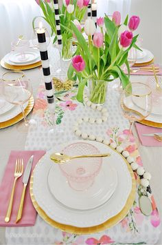 Frühling Tablescape Decor Idee für Brunch - 2 Ladies & A Chair Brunch Decor, Brunch Table, Christmas Tablescapes, Holiday Tables, Pink Depression Glass, Fall Table, Thanksgiving Table, Easter Table, Easter Decor