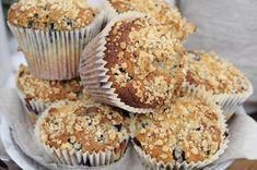 Deilige store saftige og nybakte blåbærmuffins med havrecrumble. Akkurat som de man får på kafé, bare helt ferske og enda bedre. Muffins med blåbær og havrecrumble (ca. 12 store muffins) Muffinsene holder seg saftige og ferske lenge og smaker utrolig godt. Med havrecrumble på toppen får du den rette kafélooken. 9 dl hvetemel 2,5 ts … Recipe Boards, Muffins, Food Inspiration, Food And Drink, Baking, Breakfast, Desserts, Recipes, Morning Coffee