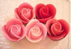 Rosas de Sant Jordi para De Lirio. Jabones artesanales, Jabones decorativos, Jabones aromáticos. Aroma Rosa Mosqueta