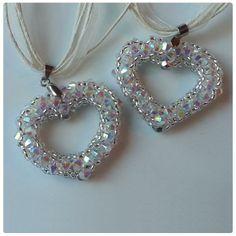 #SwarovskiElements Xilion #Bicone kristály gyöngyökből fűzött szív medálok. Az ékszert Illésné Klementisz Angéla készítette.