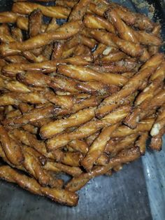 Hot Pretzels Recipe, Spicy Pretzels, Seasoned Pretzels, Pretzel Crackers Recipe, Pretzel Seasoning Recipes, Pretzel Mix Recipe, Ranch Pretzels, Appetizer Recipes, Snack Recipes