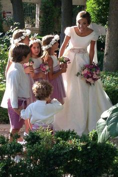 flower girls y niños paje Modest Wedding Gowns, Bridal Gowns, Chic Wedding, Wedding Styles, Informal Weddings, Kirchen, Bridal Collection, Beautiful Bride, Wedding Bells