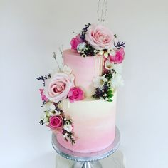 ombré wedding cake with fresh flowersFloral ombré wedding cake with fresh flowers Watch this video and you will be mesmerized by these cake glazing techniques. Vanilletorte mit Kirsche und Pistazie auf Knusperboden - mirror cakes by Olga Noskova Fresh Flower Cake, Fresh Flowers, Fresh Cake, Traditional Wedding Cake, Traditional Cakes, Beautiful Cakes, Amazing Cakes, Low Budget Wedding, Butterfly Cakes