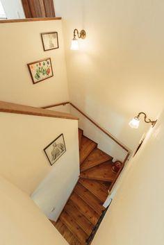 【アイジースタイルハウス】階段。アンティークな照明がオシャレな階段