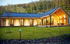 Pasívny dom pre mladú rodinu – rozhovor s architektom Modern Barn House, Barn House Plans, Modern House Plans, Modern House Design, Modern Farmhouse Design, Modern Farmhouse Exterior, Modern Bungalow Exterior, House Roof, Facade House