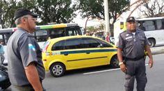ABSURDO!!! Policial usa Arma de Choque contra Manifestante Pacífico
