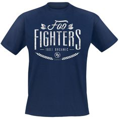 Die Foo Fighters sind nicht nur 100% Rock, sondern auch 100% Bio. Das drücken sie zumindest mit diesem dunkelblauen T-Shirt '100% Organic' aus. Wenn auch du nach echtem Rocker-Reinheitsgebot auf alle künstlichen musikalischen Zusätze verzichtest, dann setze ein Statement und hol dir diese Klamotte!