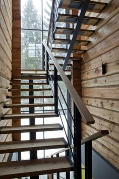 escalier tournant à limon central en acier et marches en bois