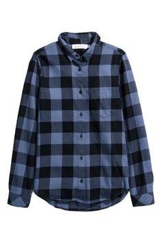 Bawełniana koszula: Wzorzysta koszula z bawełnianej tkaniny z długim rękawem. Prosty krój, wąski wykładany kołnierzyk, kieszeń na piersi. Zaokrąglony dół i nieco dłuższy tył.