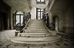 Château des Singes (Fr) 17th century castle , abandoned since 1976.
