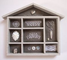 Se non si ha un vero cassetto. Cross Stitch Embroidery, Cross Stitch Patterns, Letterpress Drawer, Printers Drawer, Diy Shadow Box, Cross Stitch Finishing, Box Houses, Altered Boxes, Displaying Collections