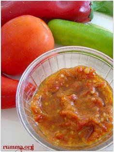 Pincur diye duymuştum ilkin sonra ajvar dendiğini öğrendim..:) Bulgaristan göçmenleri ise lutenitsa diyormuş bu patlıcanlı biberli sos a..:) Esasen kahvaltılık göçmen sosu olarak biliniyor ,Nebahat ablamın kahvaltılık pincur tarifi.. Lutenitsa .Ajvar,pincur için gerekenler Malzemeler: 3 kg patlıcan 3 kg kırmızı kapya biber 5 kg domates 4 adet havuç 4 diş sarımsak 1,5 su bardağı sıvıyağ …
