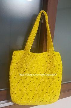 예쁘게 사진 찍힌 망태기 가방이 너무 멋져 예쁜 노랑으로 시작했어요 먼저 만든 지인들의 공통점이 깊이가... Crochet Clutch, Knit Crochet, Clutch Purse, Crochet Projects, Straw Bag, Leather Bag, Crochet Patterns, Knitting, Gifts