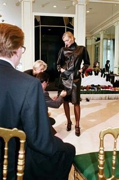 Yves Saint Laurent et Esther Canadas. 5 Avenue Marceau le 11 juillet 2000.  Haute couture hiver 2000/01. Photo Carlos Munoz Yagüe