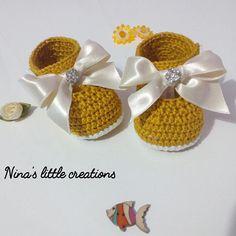 Zapatos de chica de bebé con hilo de algodón de ganchillo. El arco color y cinta especial con joyas brillantes hacen estos botines bellissime.il algodón utilizado es muy suave y fresco. Los zapatos abiertos lateralmente a través del botón. La suela mide 9 cm