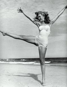 Fred Astaire and Rita Hayworth Marilyn Monroe black and white beautiful poses Motiva. Fotos Marilyn Monroe, Marilyn Monroe Body, Marilyn Monroe Swimsuit, Marilyn Monroe Brunette, Marilyn Monroe Wedding, Young Marilyn Monroe, Photo Vintage, Vintage Beach Photos, Actrices Hollywood
