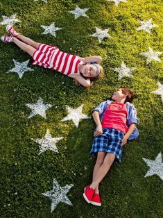 Give your lawn the star-spangled treatment for a 4th of July party. Focus the stars near the entrance to your yard for a dramatic welcome. #redwhiteandblue #4thofjuly #4thofjulyparty #partyideas #4thofjulydecorations #bhg 4th Of July Party, Fourth Of July, Independence Day Activities, 4th Of July Decorations, Easy Decorations, July Crafts, Patriotic Crafts, Patriotic Party, Kids Crafts