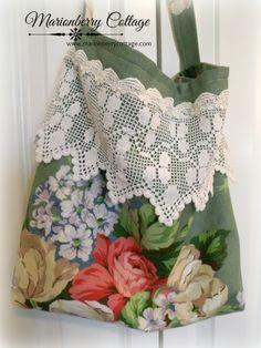 Roses Bouquet Market Tote and 🛍️ Geldbörsen und Taschen Fabric Crafts, Sewing Crafts, Sewing Projects, Handmade Purses, Handmade Bracelets, Patchwork Bags, Fabric Bags, Rose Bouquet, Vintage Fabrics