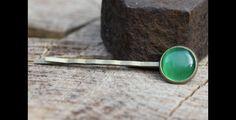 Wunderschöne Haarklammer mit einem grünen Glas Cabochon.