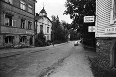 Näkymä Hertankadulta Kyllikinkadun suuntaan. Vasemmalla Lihakauppa Hertankatu 13:n puutalon kivijalassa. Oikealla Autosähkökorjaamo. 1970
