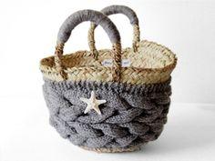Beyond the reef らしい、シーズンレスなかごバッグ。秋も冬も持てるかごバッグが欲しいな…との思いで生まれました。手編みの温もりとナチュラルなカゴの魅力溢れる、オンリーワンなかごバッグをぜひ