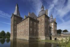 Kasteel Hoensbroek neemt u mee terug naar de Middeleeuwen, waar ridders het kasteel bewoonden. Het oudste deel van het kasteel stamt uit 1250. Betreed de trappen naar de middeleeuwse uitkijk- en verdedigingstoren voor een prachticht uitzicht van de omgeving of bezoek de kerker, waar langzaam het licht uitgaat...