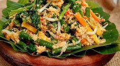 Resep urap sayur Food N, Food And Drink, Indonesian Food, Food Dishes, Zucchini, Menu, Salad, Vegetables, Cooking