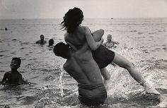 """// Garry Winogrand. Coney Island, New York. 1952. """"Hago fotografías para ver cómo se ve el mundo en fotografías""""."""