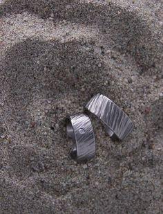 Unsere Spezialität sind preiswerte Titanringe mit handgefertigten Oberflächen.  Wir kreieren auf Ihren Wunsch einen einzigartigen und persönlichen Ring. Bei uns gilt: jeder Ring ist ein Unikat. 100% Swiss Made. Rings For Men, Jewelry, Wish, Handmade, Men Rings, Jewlery, Bijoux, Schmuck, Jewerly