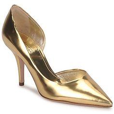 Zapato de tacón de cuero de la marca Sebastian. Silueta asimétrica con diseño abierto sobre el lado interior. Puntiagudo. Tacón de aguja. #Sebastian #zapato #mujer #tacon