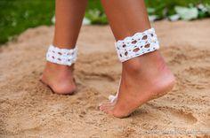 Quelle que soit l'occasion, ces unique Crochet barefoot sandales vont pour épater vos amis et votre famille. Ce seront un look d'enfer, peu importe ce que vous portez. Pour une fête de mariage, pour vos demoiselles d'honneur, pour votre lune de miel ou de maternité photoshoot, à la classe d'yoga ou tout simplement pour une journée aux pieds nus sur la plage ou la piscine. Vous pouvez les porter avec votre bikini, robe, avec un short ou jupe. Si vous allez à une fête de mariage les porter…