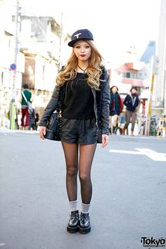 Leather shorts and jacket with knitted sweater and creepers in Harajuku. Asian Street Style, Tokyo Street Style, Japanese Street Fashion, Tokyo Fashion, Harajuku Fashion, Grunge Fashion, Tokyo Style, Japan Street, Harajuku Style