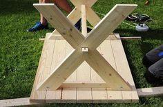Bygga eget träbord Diy Garden Table, Diy Garden Furniture, Building Furniture, Diy Furniture Projects, Woodworking Projects Diy, Picnic Table Bench, Diy Dining Table, Patio Table, Diy Wood Projects