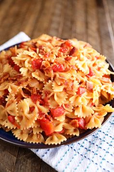 Hot Tomato and Bacon Pasta This recipe for my Hot Bacon Tomato Pasta is the perfect impressive side dish but can easily be turned into a main course by simply adding some grilled chicken. This is one of our favorite side dishes. Pasta Side Dishes, Pasta Sides, Food Dishes, Main Dishes, Yummy Pasta Recipes, Side Dish Recipes, Cooking Recipes, Recipe Pasta, Cleaning Recipes