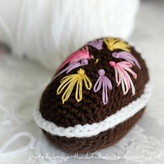 Crochet Diorama Easter Egg tutorial,  embroidered with Lazy Daisy and French Knots