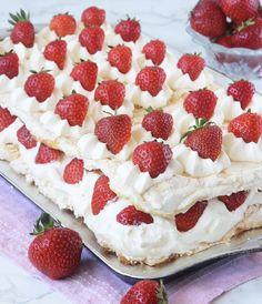 Himmelsk jordgubbstårta – Lindas Bakskola Candy Recipes, Baking Recipes, Dessert Recipes, Keto Birthday Cake, Meringue Desserts, Pavlova Recipe, Cocktail Desserts, Sandwich Cake, Chocolate Sweets