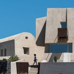 Informed by the machinery used to quarry pumice out of the volcanic soil of Santorini, House in Pyrgos rises like a fortress or a rocky outcrop from the landscape. Algarve, Underground Pool, Scandinavian Interior Living Room, Mediterranean Plants, Covered Walkway, Santorini Island, Santorini House, Ground Floor Plan, Architect House