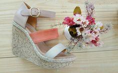 La nueva colección de Caterine Calzados, en una sandalia basada en el color de la temporada #durazno combinada en distintas texturas de tonos tierra.  100% cuero.