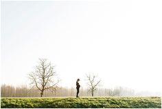creative maternity photography / Stoere #zwangerschapsfotografie op een buitenlocatie omgeving Den Bosch / www.izzyfotografie.nl