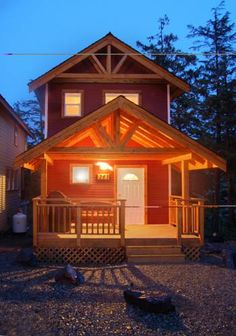 Reef Point Cottages Ucluelet (British Columbia) Located on the West Coast of Vancouver Island in Ucluelet, Reef Point Cottages offers a natural setting only 1.5 km from the Wild Pacific Trail. Each unit offers an outdoor hot tub or an indoor jetted tub.