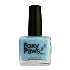 Let It Go jasně modrý kremový lak na nehty s bílými třpytkami a leskem pro mrazivý vzhled. Má také svítící ve tmě pigment, který svití  světlo modrým, když se zhasne světlo. Růčně vyrobený lak na nehty z Dánska. 11 ml.