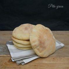 La pita è un pane piatto, lievitato, dalla forma circolare, tipico del Medio Oriente. Facilissimo da preparare si accompagna al dolce e al salato.