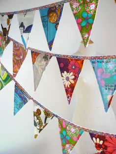 Bunting banner made from vintage fabrics and tea towels. Have also seen this with fun tie-dyed prints/old t-shirts! Fabric Bunting, Bunting Garland, Fabric Banners, Bunting Ideas, Buntings, Fabric Decor, Sewing Crafts, Sewing Projects, Craft Projects