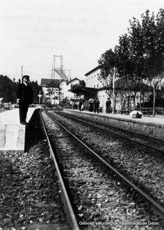 Antigua estación del ferrocarril de Las Arenas, hacia 1920. Sobre el andén, Eusebio Muro Uzcanga, jefe de la línea del tren (ref. 00041)