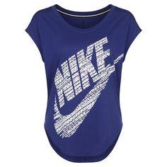 Signal T-Shirt Damen    Das Nike Signal T-Shirt präsentiert sich mit weicher Baumwolle und auffallender Grafik in totalem Komfort und frechem Look.     Das Damenshirt hat einen lockeren Schnitt, einen abgerundeten Saum und Flügelärmel, die für eine natürliche Bewegungsfreiheit sorgen.    Geschlecht: Damen  Material: 50% Baumwolle / 50% Modal  Sportart: Freizeit...