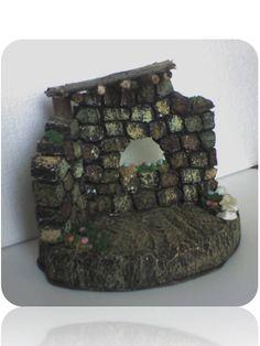 Fachada de anime tratado para figuras de 7,5 cm de 13 cm de alto y 16 cm de base, con techo de madera y adornos de masa flexible y piedra.